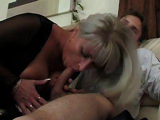 Mutter hilft jungen Mann weg bekommen