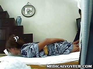 junge Frau zu Hause Massage Teil 1