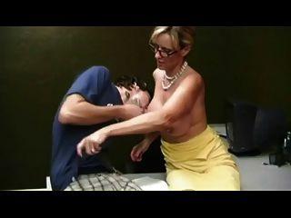 Mutter geben Handjob Junge von Troc zu scheuen
