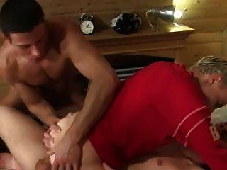 zwei Jungs ficken Junge ohne Sattel