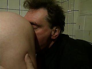 Oma bekommt auf einer Bürste aus