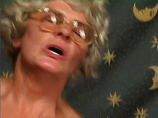 grau Oma in Strümpfen bekommt Sperma auf ihre Brille