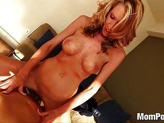 geile blonde Milf schluckt cum