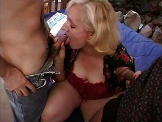 blonde MILF saugt und fickt zwei Hähne