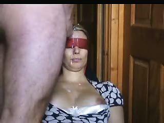 Blind foldete Frau bekommt auf ihrem Gesicht eine Menge Wichse