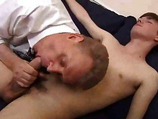 geeignet alter Vater seinen Jungen Twink spielen und tief gefickt