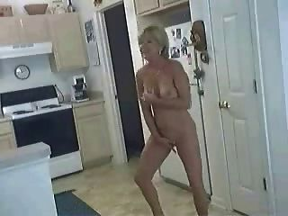 Hündin in der Küche