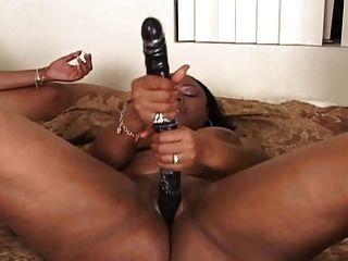 3 schwarze Lesben auf dem Bett Lesbenszene