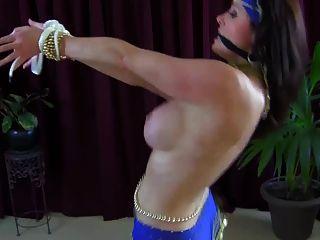 sexy vollbusige Bauchtänzerin