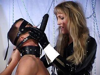 Herrin und ihre Sklaven