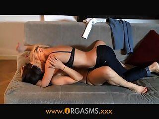 Orgasmen lesbische Frau jüngere Blondine genießt
