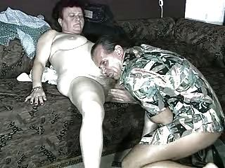 Oma saugt Hahn