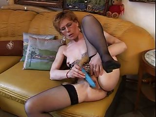 Oma carla genießt ihr Vibrator