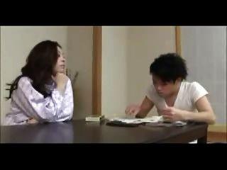 Japanische Mutter bildet junge Mann