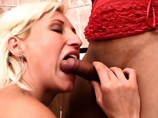sehr hübsche blonde Shemale fickt ein Mädchen