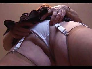 Oma zeigen ihre haarige plump Pussy