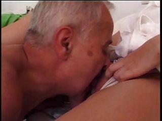 älterer Mann fickt junge Krankenschwester