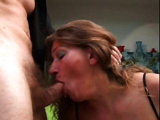 reifen bekommt ihren Arsch gefickt und Sperma auf ihre Titten