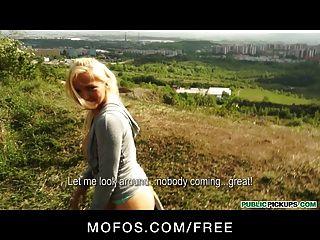 öffentliche Pickups - sexy blond tschechische Jogger hat Sex im Park