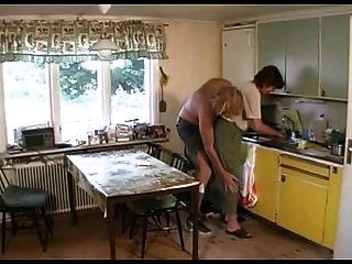 Oma fickt in der Lounge dann die Küche