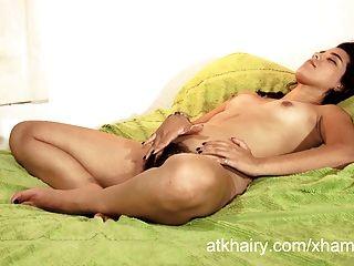 haarige Mädchen faustina von nicaragua spielt mit ihrer Pussy Haar