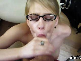 Blondine mit Brille raucht mein Schwanz