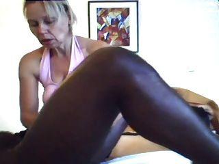 Mutter gibt eine Massage und Handjob zu schwarzen Mann
