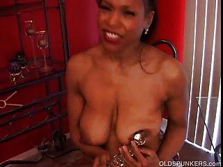 reifen schwarzen Amateur hat schöne große Titten einen schönen runden Hintern
