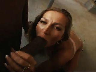 geile Hausfrau saugt schwarzen Schwanz pov