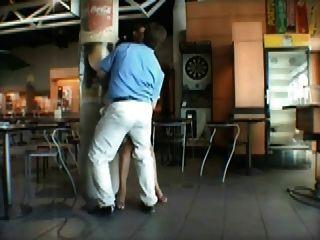 Französisch Milf Sex in der Öffentlichkeit am Flughafen