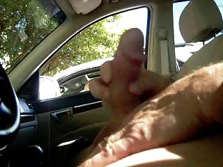 MILF fängt mich im Auto gewichst