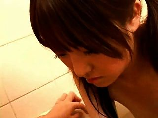 japanisch schwangere Mutter in Bad