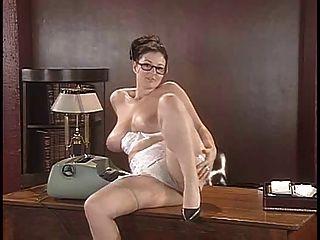 lorna morgan Streifen ihre Unterwäsche und stellt auf dem Schreibtisch