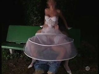 die Braut in den Strümpfen im Freien