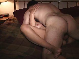 Frau mit einem Freund im Schlafzimmer