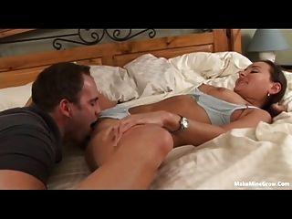 hübsche Hure eine cum auf ihrer Brust haben