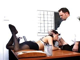 Büro Sex mit einer vollbusigen Sekretärin in sexy Strumpf