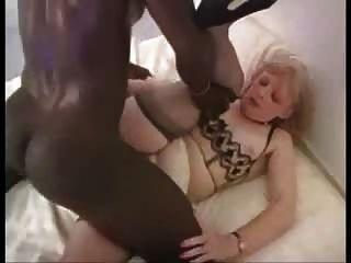 reife blonde Frau mag das Ebenholz dick