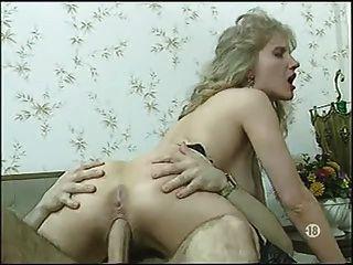 bored französisch Frau in Strümpfen hat etwas Spaß