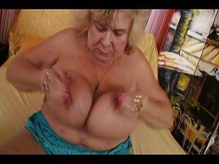 Dame zeigt alle 65