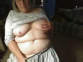 verworrene Großmutter, die Spaß auf Web-Cam
