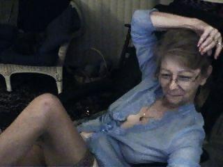 schöne Oma mit Brille 3