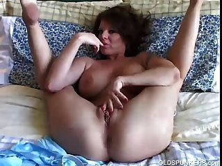 sexy MILF spielt mit ihrem hübschen Pussy
