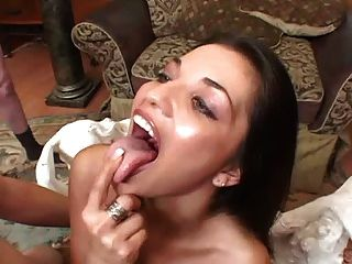 alicia Engel schluckt Lasten