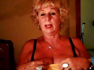 Oma andrea zeigt ihre saftigen Titten