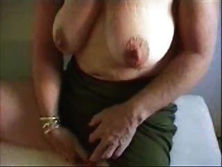 Heiße Oma ihre große Klitoris streicheln