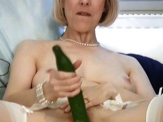 reife Hausfrau fickt eine Gurke