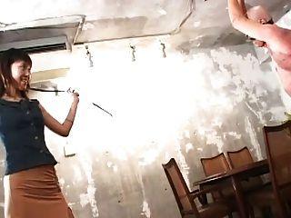 drei Mätressen einen Sklaven Peitsche