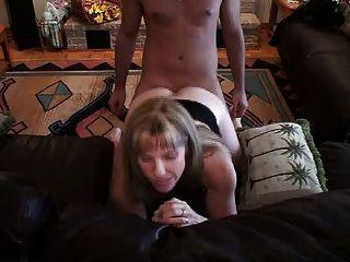 hotwife carol nimmt einen jungen Schwanz in den Arsch