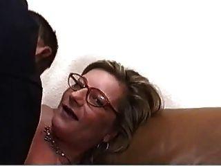 blonde Milf mit Brille hart und rau gefickt